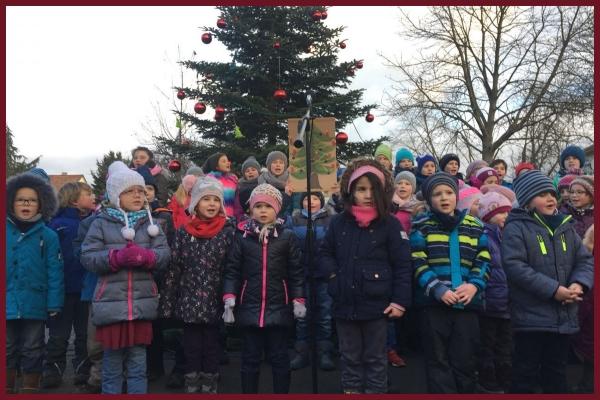 Kinder singen auf dem Weihnachtsmarkt in Kempten